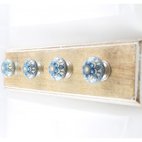Drewniany wieszak z gałkami ceramicznymi