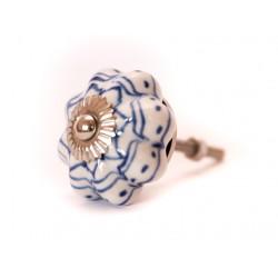 Białe gałki z niebieskim zdobieniem w stylu vintage