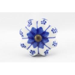 Biały uchwyty do mebli z niebieskim motywem kwiatowym